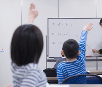 講師の質問に挙手する子供たち