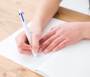 ノートを取る女性の手