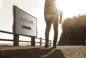 未来に歩き出す男性