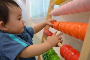 知育道具で遊ぶ赤ちゃん