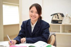 自宅で勉強する女子学生