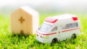 病院と救急車