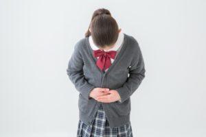 お辞儀をする女子中学生