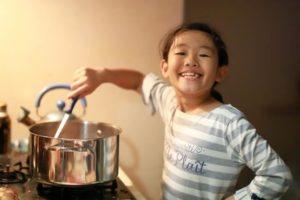 料理をする子供