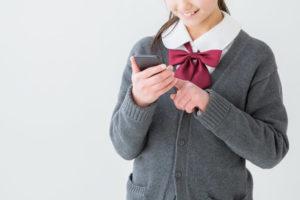 スマホを触る女子生徒
