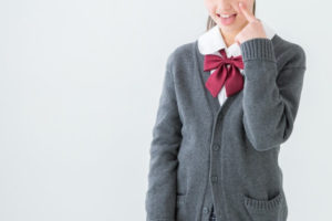 あっかんべをする女子学生