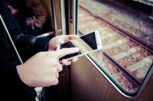 電車でスマホを触る手