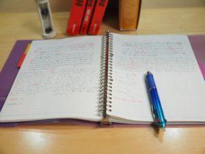 ノートを開いて勉強する様子