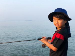 魚釣りをする子供