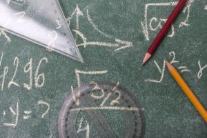 黒板の数式と定規、鉛筆