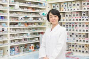薬棚と薬剤師