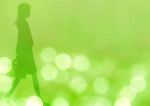 歩く女性のシルエット