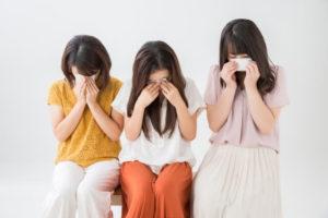 涙を流す女性たち