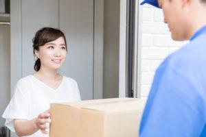 女性と宅配業者