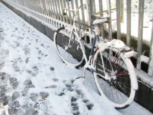 自転車に積もる雪