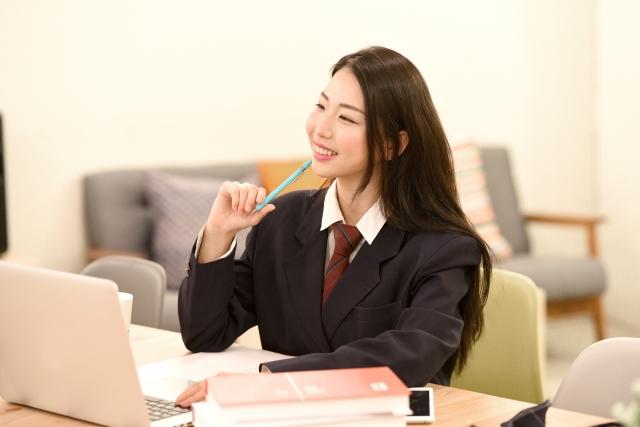 勉強する女学生のイメージ