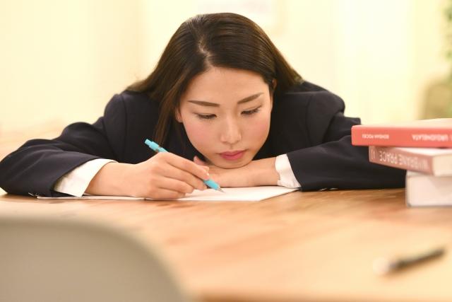 勉強が遅れる学生のイメージ