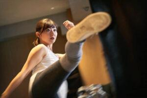 キックボクシングをする女性