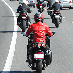 道路を走るオートバイ