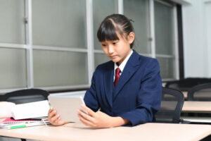 タブレットを操作する女子生徒