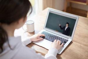 オンライン授業を受ける女性
